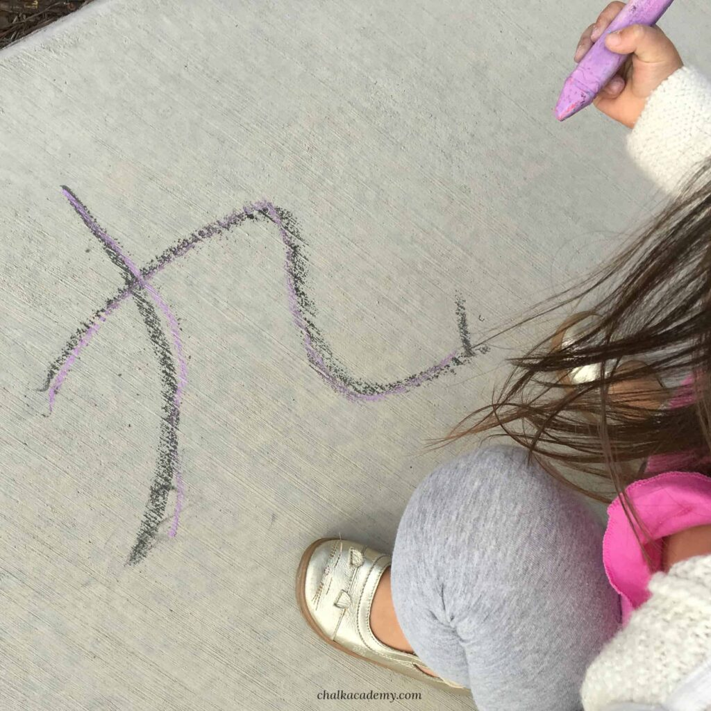 Teach kids Chinese - tracing number 9 outdoors with chalk