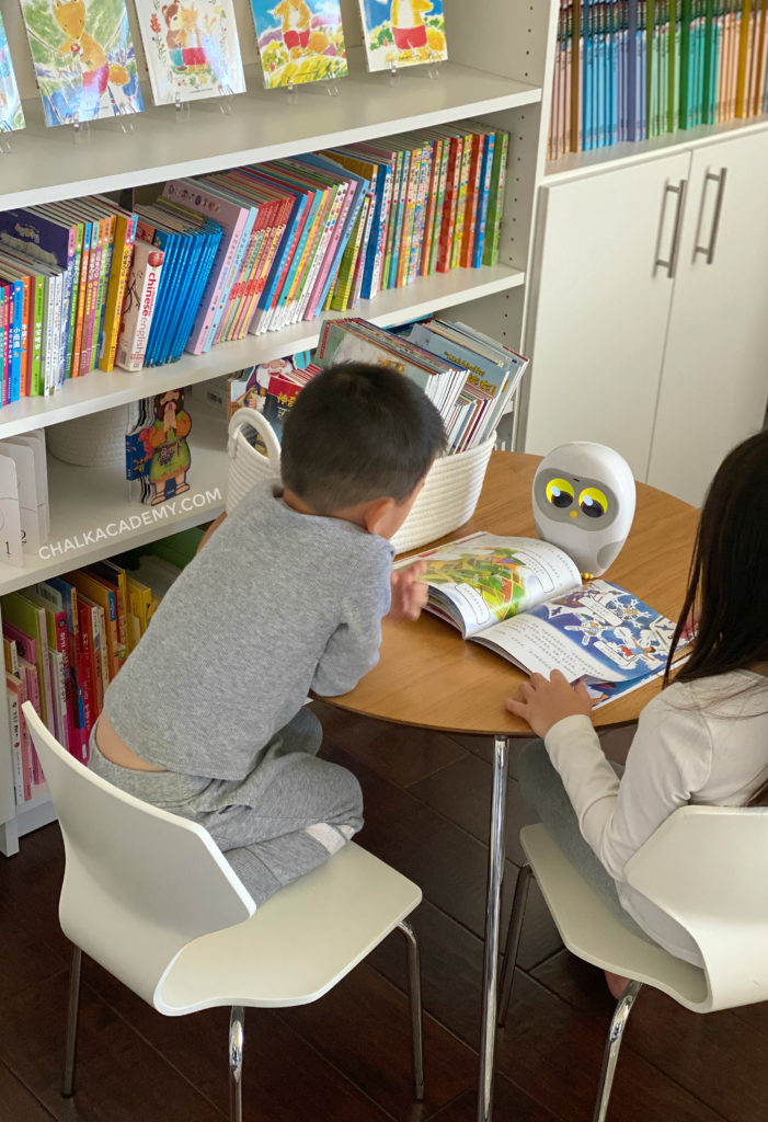Reading Chinese Magic School Bus Books with Luka Reading Robot