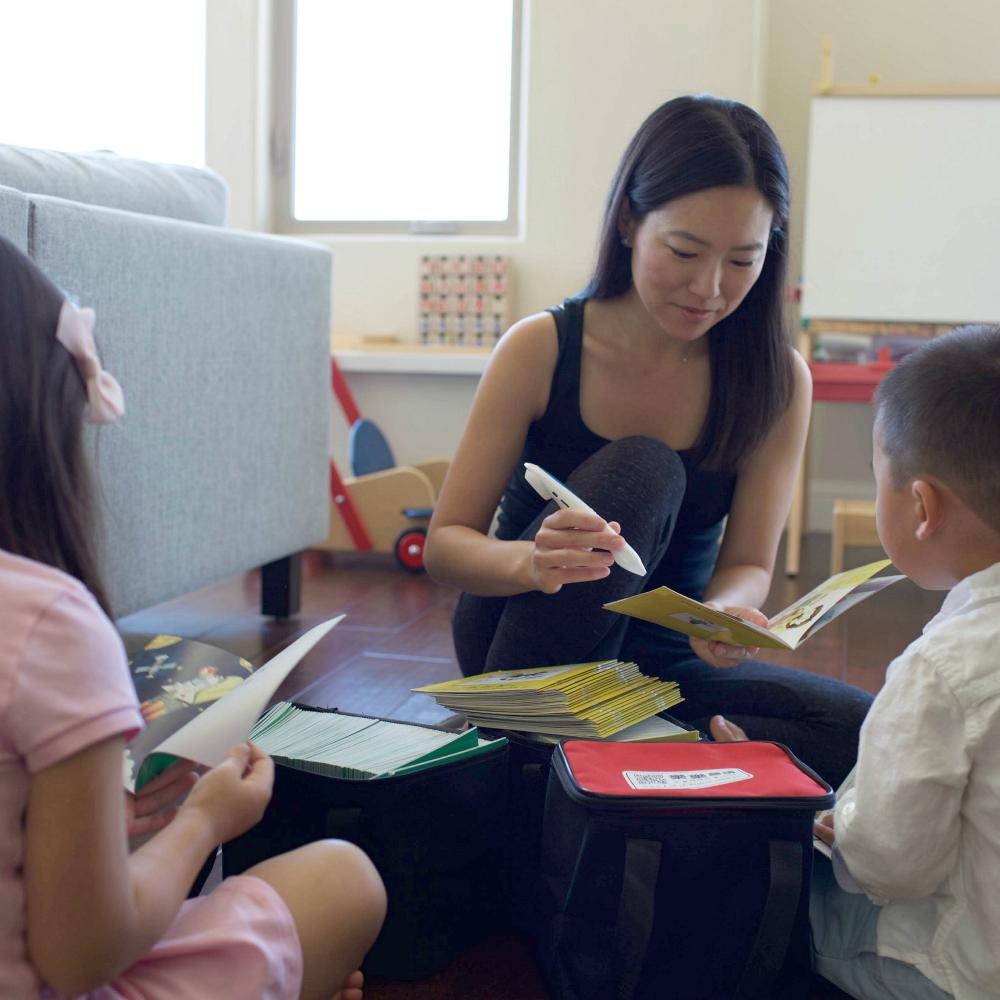 Mom and kids reading LeLe Chinese Reading Pen Leveled Books for Kids
