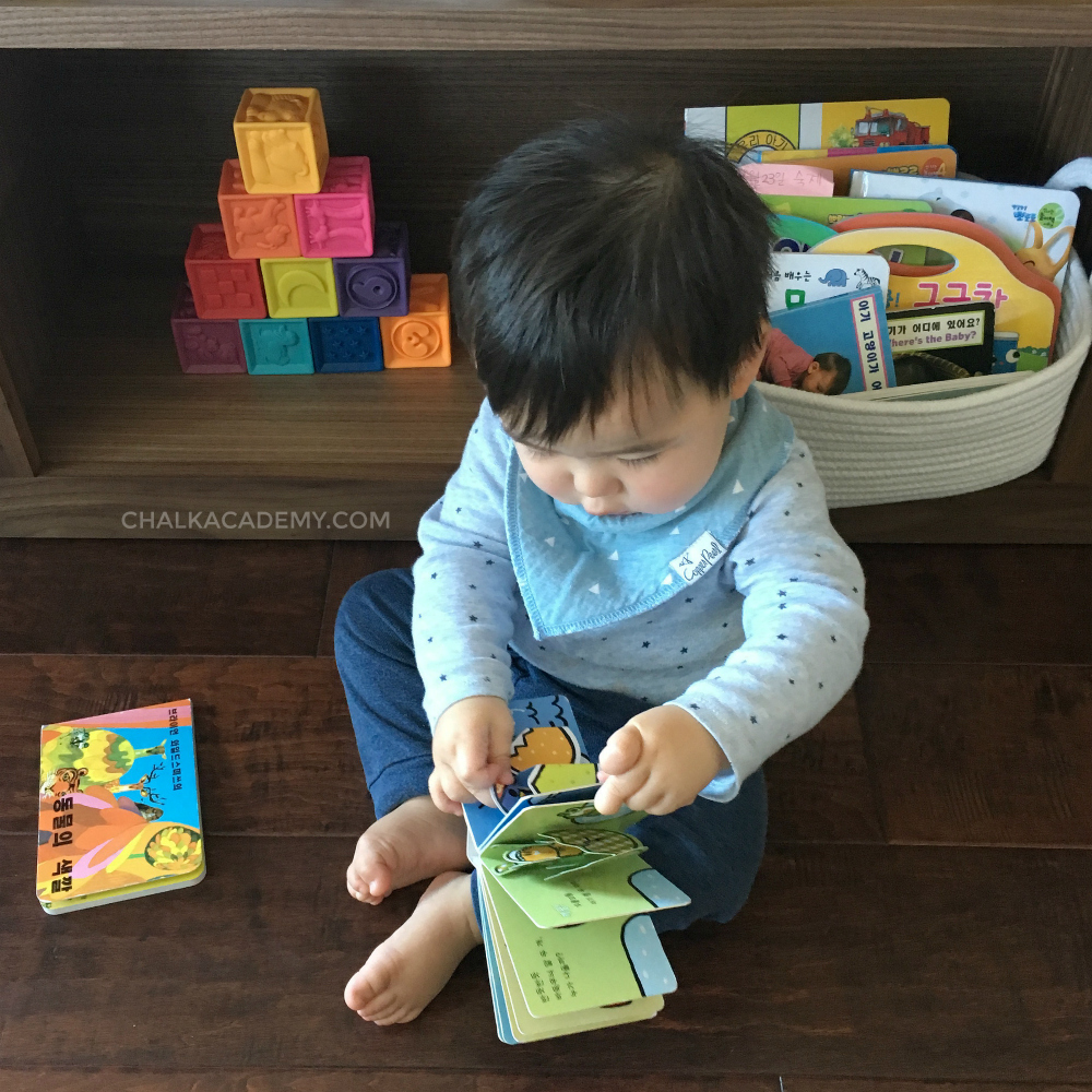 Prepare the home for a bilingual baby - baskets with baby board books